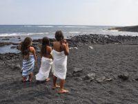 Hawaiianische Mädchen und Meeresschildkröten am black sand beach, Big Island, copyright Susanne Rikus Eindrücke einer wunderschönen Kultur, die wir in unseren Angeboten des  Alohana Instituts besuchen und erleben werden. www.alohana.de